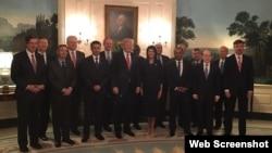 美国总统川普在白宫欢迎安理会代表(2017年4月24日,美国常驻联合国代表妮基·黑利推特图片)