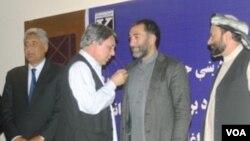 مراسم تقدیر از بعضی والیان منتخب نظر سنجی یک رسانه انترنتی افغان - عکس از خبريال ډاټ کام