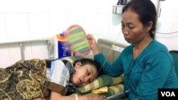 Mẹ cô Erwiana Sulistyaningsih chăm sóc cô tại một bệnh viện ở Java, Indonesia