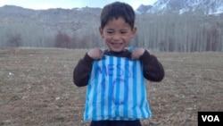 مرتضی با عشق به لیونل مسی، از خریطه پلاستیکی برای خود پیراهن فوتبال شبیه پیراهن مسی ساخته است.