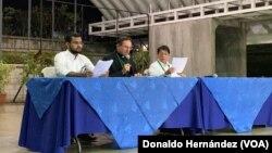 Desde la izquieda: Max Jerez, representante de la opositora Alianza Cívica por la Justicia y Democracia, Nuncio apolstólico Waldemar Stanislaw Sommertag y Denis Moncada, canciller de Nicaragua.