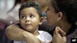 Archivo. Patricia Lozano, inmigrante hondureña, aguarda junto a su hijo, Diego, en la estación de camiones en McAllen, Texas, el 23 de junio de 2018.