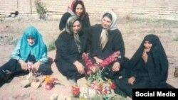 جمعی از خانوادههای زندانیان سیاسی اعدام شده دهه ۶۰ که بینام و نشان در گورستان خاوران دفن شدند