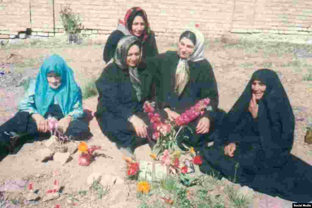 جمعی از خانوادههای زندانیان سیاسی اعدام شده که بینام و نشان در گورستان خاوران دفن شدند. در حالیکه بالاخره موضوع کشتار ۶۷ در بین رسانه های ایران مطرح شد، این خانواده ها بعد از سالها توانستند مراسم یادبود کشته های سال ۶۷ را برگزار کنند.
