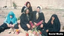 جمعی از خانوادههای زندانیان سیاسی اعدام شده که بینام و نشان در گورستان خاوران دفن شدند