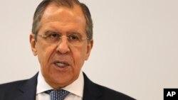 Bộ trưởng Ngoại giao Sergei Lavrov nói các cuộc không kích của Nga là nhắm vào tổ chức chủ chiến Jabhat al-Nusra có liên hệ với Al-Qaida. Ông nói thêm là không có lý do gì để ngưng các cuộc không kích.