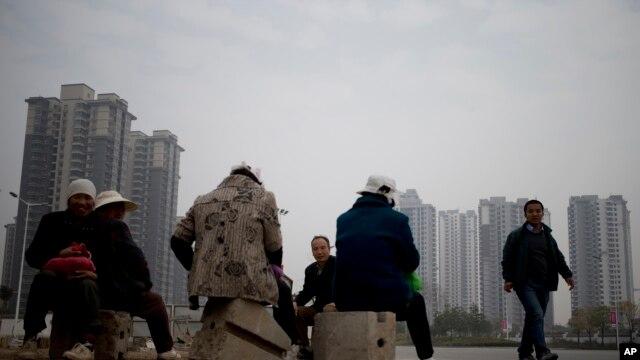資料照:陝西省西安市一處新建居民區附近的農民工中午休息吃午餐。