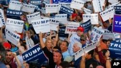 지난 13일 플로리다주에서 열린 공화당 도널드 트럼프 대선 후보의 유세장에서 지지자들이 플랭카드를 들고 있다. (자료사진)
