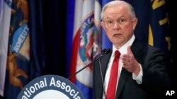 """La líder de la minoría demócrata en la Cámara de Representantes, Nancy Pelosi, acusó a Jeff Sessions de """"mentir bajo juramento"""" y pidió su dimisión."""