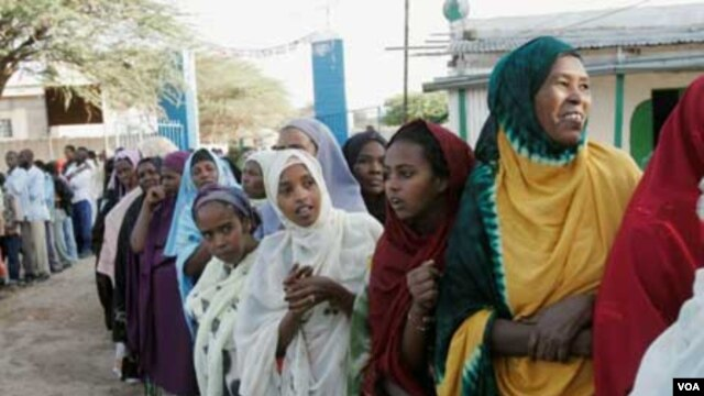 Women wait in line to vote during Somaliland parliamentary elections in 2005 (in Hargeisa).