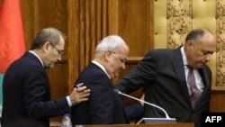 Le secrétaire général de l'Organisation de Libération de la Palestine (OLP), Saeb Erekat, au centre, le ministre jordanien des Affaires étrangères, Ayman al-Safadi, à gauche, et le ministre égyptien des Affaires étrangères, Sameh Shoukry, à droite, lors d'une conférence à Amman en Jordanie, le 14 mai 2017