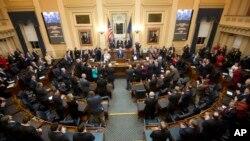 El gobernador de Virginia, el demócrata Terry McCauliffe, pronuncia su discurso sobre el Estado de la Mancomunidad ante una sesión conjunta de la Asamblea de Virginia, en el edificio del Capitolio, en Richmond. Enero 13, 2016.