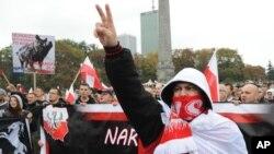 폴란드 수도 바르샤바에서 난민유입반대 시위를 하고 있는 사람들
