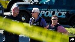 Policías resguardan el área alrededor del edificio donde funciona el diario The Capital Gazette, en Annapolis, Maryland, donde un pistolero mató a cinco personas y dejó varias heridas en un ataque el jueves 28 de junio de 2018.