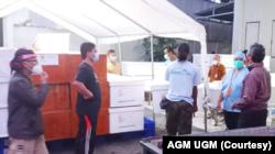 Penyerahan peti produksi relawan AGM UGM ke RSUP dr Sardjito. (Foto: Courtesy/AGM UGM)