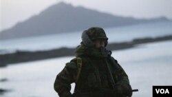 Seorang tentara Korea Selatan berpatroli di pulau Yeonpyeong, pasca-serangan Korea Utara.