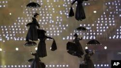 El traje de una de las Mary Poppins que se presentaron en la apertura de los Juegos Olímpicos es ofrecido por más de mil dólares.
