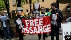 Manifestantes frente a la corte en Londres donde Julian Assange fue sentenciado a 50 semanas de prisión el miércoles, 1 de mayo de 2019.