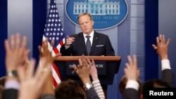 Juru Bucara Gedung Putih, Sean Spicer memberikan penjelasan kepada para wartawan di Gedung Putih, Gedung Putih, Washington, 30 Mei 2017.
