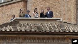 El padre Jordi Bertomey, segundo desde la derecha, junto a víctimas de abuso sexual chilenas José Andrés Murillo (izquierda), James Hamilton (tercero desde la izquierda), y Juan Carlos Cruz (derecha) miran hacia la Plaza de San Pedro durante la plegaria Regina Coeli celebrada por el papa Francisco. Abril 29 de 2018.