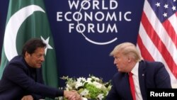 Presiden Donald Trump bersalaman dengan Perdana Menteri Pakistan Imran Khan dalam pertemuan bilateral di sela-sela Forum Perekonomian Dunia ke-50 di (World Economic Forum/WEF) di Davos, Switzerland, 21 Januari 2020. (Foto: Reuters)