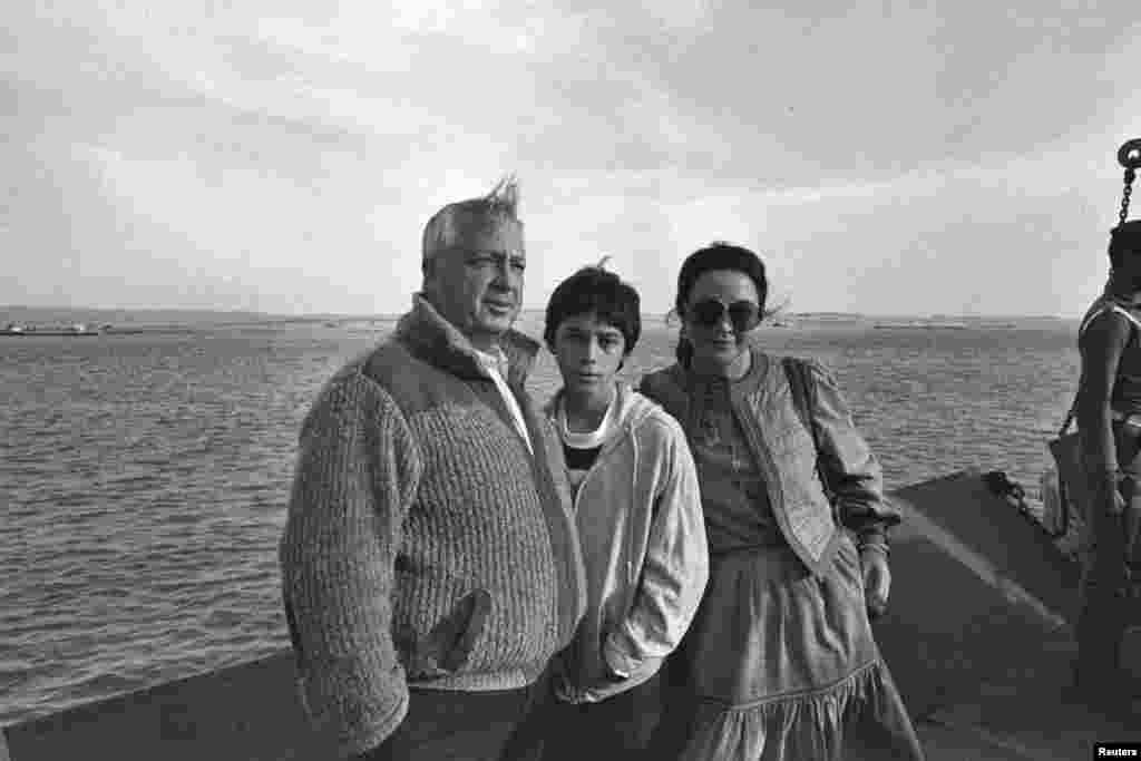 Israeli Defence Minister Ariel Sharon stands with his wife Lily and their son while visiting the Suez Canal area, Jan. 19, 1982.
