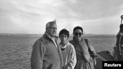 1982年1月19日当时担任以色列国防部长的沙龙携妻儿游览苏伊士运河。