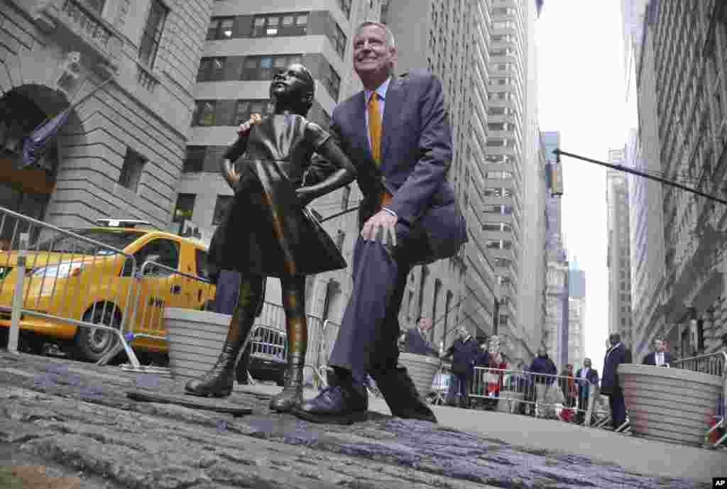 2017年3月27日,纽约市长白思豪(Bill de Blasio)在举行新闻发布会前和无畏女孩像合影。在华尔街奔牛铜像和无畏女孩像之争中,纽约市长白思豪(Bill de Blasio)支持无畏女孩,决定把女孩像在铜牛前面放到2018年2月底。
