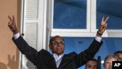"""Le candidat présidentiel tunisien Moncef Marzouki rend le """" V de la victoire """" signe avant de donner un discours , après le second tour de l'élection présidentielle du pays , à Tunis , le dimanche 21 décembre 2014 ."""