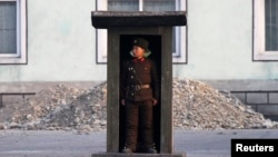 지난해 11월 중국 접경 도시 신의주 인근 압록강변에서 북한군 병사가 경계근무를 서고 있다. (자료사진)