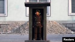 지난해 11월 중국 접경 도시 신의주 인근 압록강변에 설치된 초소에서 경계 임무를 수행하고 있는 북한군 병사. (자료사진)