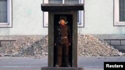 지난해 11월 중국 접경 도시 신의주 인근 압록강변에서 북한 군인이 경계근무 중이다. (자료사진)