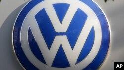 Ký hiệu VW của hãng xe ô tô Volkswagen được treo ở tòa nhà bán lẻ của hãng ở Berlin, Đức, ngày 5/10/2015.