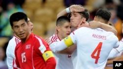 뉴질랜드 플리머스에서 열린 20세 이하 월드컵 대회 북한과 헝가리의 경기에서 헝가리 벤스 메르보 선수(가운데)가 득점을 올린 뒤 동료들의 축하를 받고 있다.