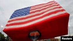 بالنی به شکل پرچم آمریکا که پیشتر در نیوجرسی به مناسبت «روز پرچم» به هوا رفت.
