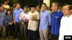 Capres-cawapres 02 Prabowo Subianto-Sandiaga Uno dalam pernyataan pers di Jakarta, Kamis malam (27/6) menyatakan menerima putusan MK tentang sengketa hasil pilpres 2019. (Foto: VOA/Ghita Intan)
