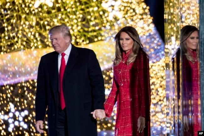 El presidente Donald Trump y su esposa Melania luego de la ceremonia de iluminación del Árbol de Navidad Nacional.