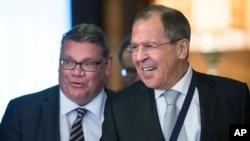 지난 6일 러시아 모스크바를 방문한 티모 소이니 핀란드 외무장관(왼쪽)이 세르게이 라브로프 러시아 외무장관과 만났다. (자료사진)