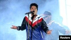 Bruno Mars tại lễ trao giải âm nhạc Grammy lần thứ 59 ở Los Angeles, California.