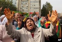 土耳其民众为星期六爆炸事件在安卡拉举行抗议集会 (2015年10月11日)