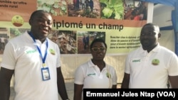 """Le staff de l'association """"un diplômé, un champ"""" au forum sur la migration au Cameroun à Yaoundé, le 25 octobre 2019. (VOA /Emmanuel Jules Ntap)"""