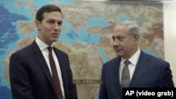 Penasihat Gedung Putih Jared Kushner (kiri) bertemu dengan Perdana Menteri Israel Benjamin Netanyahu di Yerusalem hari Kamis (24/8).