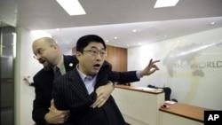 """2月28号,自称""""中国独立学者杜建国""""的男子在世界银行行长罗伯特·佐利克在北京举行的记者会上抗议,被保安送出会场"""