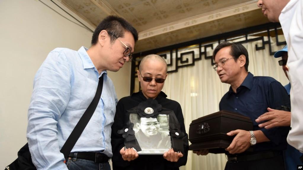已故诺贝尔和平奖得主刘晓波的遗孀刘霞手持刘晓波的遗照。(2017年7月15日)