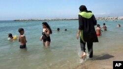 Nissrine Samali, 20, berenang di laut di Marseille, Perancis selatan, dengan mengenakan baju renang syariah, burkini. (Foto: Dok)