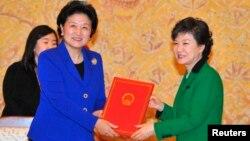 박근혜 한국 대통령(오른쪽)이 지난 2월 취임 직후 청와대에서 류엔둥 중국 국무위원으로부터 당시 후진타오 주석과 시진핑 당 총서기의 친서를 전달 받았다.