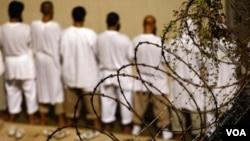 Autoridades militares de EE.UU. han dicho que solo 31 de los 166 reclusos del penal están en huelga de hambre.