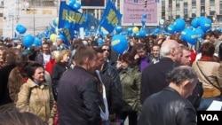 去年五一节,日里诺夫斯基领导的自由民主党在莫斯科市中心集会。(美国之音白桦拍摄)