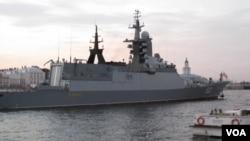 """""""博伊基""""号护卫舰去年俄罗斯海军节前停在圣彼得堡的涅瓦河上,这艘新式军舰将迎接中国军舰到访波罗的海。"""