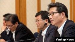 류길재 한국 통일부 장관(오른쪽)이 5일 오전 국회 의원식당에서 열린 한반도 경제·문화포럼 조찬간담회에서 인사말을 하고 있다.